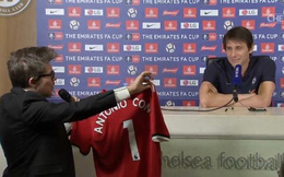 """HLV Conte cạn lời với """"món quà quý"""" Mourinho đích thân ký tặng"""