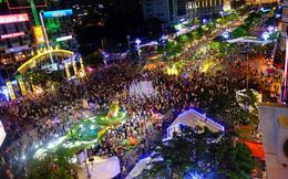 Người dân Sài Gòn, Hà Nội đổ ra đường đón giao thừa