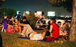 Người Sài Gòn đổ ra bến Bạch Đằng giành chỗ xem pháo hoa giao thừa