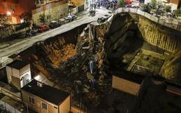Chỉ sau một đêm, người dân bàng hoàng nhìn hố sâu 9m khổng lồ nuốt gọn nhiều ô tô, nhà cửa