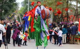 Thích thú với cảnh đi cà kheo tại lễ hội xuân 3 miền ở Hà Nội