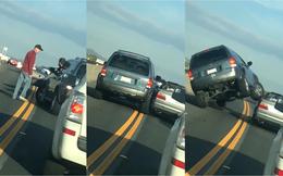 Video: Hùng hổ lao xe gây gổ, tài xế nhận cái kết đau đớn