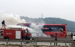 Cháy xe khách, hàng chục người hoảng loạn