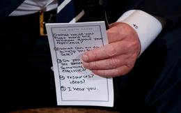 """Nhờ tờ giấy nhớ """"cứu nguy"""", ông Trump và các nạn nhân vụ xả súng tìm được tiếng nói chung"""