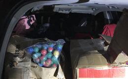 Người phụ nữ dùng xế hộp đi mua pháo lậu làm quà biếu