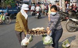 Người dân TP HCM đổ xô đi mua hàng nghìn con cá lóc nướng cúng vía Thần Tài