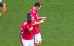 """Mourinho viết gì trong mảnh giấy được Bailly """"tuồn"""" vào cho Matic?"""