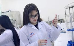 """Xinh đẹp nhưng bị chê """"làm màu"""" trong phòng thí nghiệm, nữ sinh trường Dược nói gì?"""