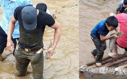 Gần nửa tấn cá đổ xuống hồ, hàng trăm người tranh nhau bắt, nhét đầy túi quần