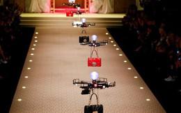 Lần đầu tiên trong lịch sử: Dolce & Gabbana dùng drone trình diễn thời trang, xách túi thay cho người mẫu
