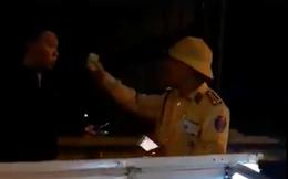 """Vụ CSGT vung tay, rọi đèn pin vào dân nói """"quay cái gì"""": Anh em sai rõ ràng rồi, chối gì đâu được"""