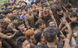 Ảnh: Chỉ 100 trai tráng được chọn, nhưng hàng nghìn người cùng lao vào cướp phết Hiền Quan