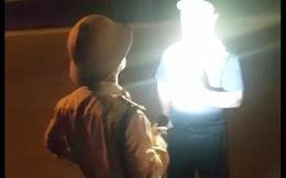 """CSGT rọi đèn pin vào người quay clip nói """"quay cái gì"""", lãnh đạo đội gọi điện xin lỗi"""