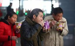 Vượt hàng nghìn km về quê ăn Tết: Bắp ngô, gói mì cũng trở thành cao lương mỹ vị