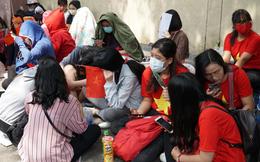Hàng trăm bạn trẻ Sài Gòn ngồi hàng giờ dưới nắng nóng chờ giao lưu với đội tuyển U23