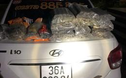 Bắt xe taxi chở hàng trăm thỏi thuốc nổ