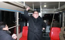 Ông Kim Jong-un và vợ ngồi xe điện dạo phố đêm Bình Nhưỡng