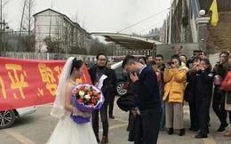Cô giáo mặc váy cưới tinh khôi, cầu hôn bạn trai ngay bên ngoài nhà tù gây sốt cộng đồng mạng