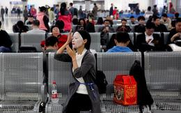 24h qua ảnh: Cô gái Trung Quốc đắp mặt nạ trong khi chờ tàu về quê ăn Tết