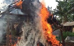 Phát hiện cháy nhà, mẹ lao vào ôm con chạy thoát thân