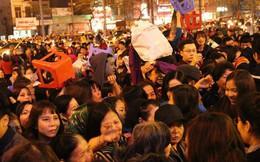Hà Nội: Hàng nghìn người chen lấn xin lộc sau khi lễ cầu an ở chùa Phúc Khánh kết thúc