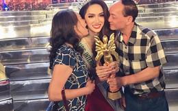 Bố mẹ ruột hôn má chúc mừng Hương Giang và cùng nắm chặt cúp Hoa hậu Chuyển giới Quốc tế