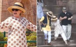 Ngã liên tục, bà Hillary Clinton bỏ dép, đi chân đất tại Ấn Độ