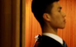 24h qua ảnh: Nhân viên an ninh và lễ tân phục vụ tại Quốc hội Trung Quốc