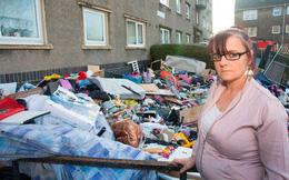 Chưa kịp dọn khỏi căn nhà thuê, người phụ nữ ngỡ ngàng khi thấy đồ đạc của mình bị vứt hết ra trước cửa nhà