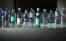 Nước đóng chai của nhiều hãng nổi tiếng thế giới bị nhiễm bẩn hạt nhựa