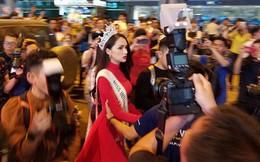 Clip: Hương Giang diện áo dài đỏ rực rỡ, được truyền thông và người hâm mộ vây kín khi về đến Việt Nam