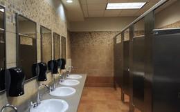 """Nếu còn cho con đi vệ sinh một mình ở toilet công cộng, hãy đọc ngay cảnh báo về """"kẻ săn mồi"""" của bà mẹ này"""