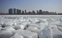 24h qua ảnh: Những tảng băng lớn trôi trên sông ở Trung Quốc