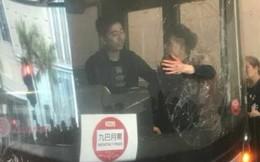 Cay cú vì tài xế không cho dừng xe, hành khách dùng đầu đập vỡ cửa kính