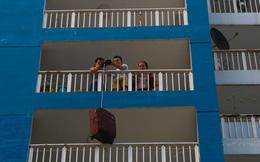 Cư dân Carina dùng ròng rọc chuyển đồ ra khỏi chung cư