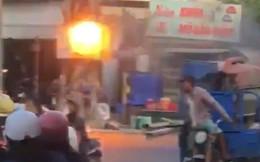 Phản ứng của người dân khi cột điện bốc cháy giữa đường gây chú ý