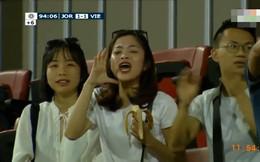 Vừa ăn chuối vừa cổ vũ, đây là cô gái được chú ý nhất trong trận đấu Việt Nam - Jordan