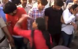 Video: Nhóm 'yêu râu xanh' bị diễu phố, cho phụ nữ đánh túi bụi