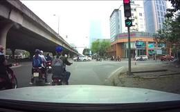 Clip: Thanh niên dừng đèn đỏ quyết không nhường đường cho ô tô rẽ phải gây tranh cãi