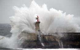 """Anh: """"Quái thú phương Đông"""" càn quét, sóng khổng lồ nuốt trọn ngọn hải đăng"""