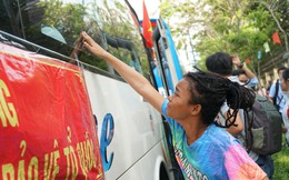 Nhiều cô gái Sài Gòn òa khóc khi xe chở các tân binh lăn bánh