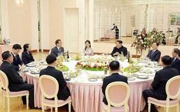 """Video: Ông Kim Jong-un và phu nhân """"hồ hởi"""" đón phái đoàn Hàn Quốc"""