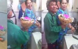 Clip người đàn ông trung tuổi ôm bó hoa hồng về tặng vợ nhân dịp 8/3 khiến nhiều người ghen tị