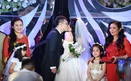 Ca sĩ Khắc Việt hôn vợ DJ xinh đẹp say đắm trong ngày cưới
