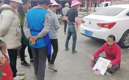 """Chỉ ngồi ăn xin cạnh đường, người phụ nữ vẫn """"gây bão"""" cư dân mạng Trung Quốc với lý do ít ai ngờ tới"""