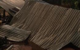 Mưa lớn kèm lốc xoáy khiến hàng trăm ngôi nhà tốc mái