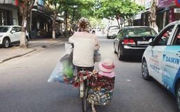 Sáng thứ 7, hình ảnh hai mẹ con trên phố khiến bao người mủi lòng