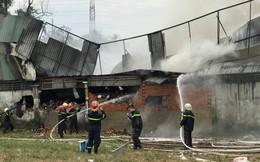 Xưởng may bốc cháy ngùn ngụt giữa trưa, cảnh sát phá tường dập lửa