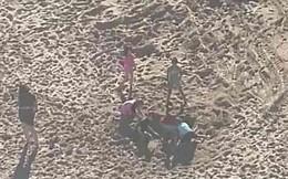 Đào hố cát trên bãi biển, bé trai suýt mất mạng