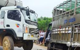 Hai xe tải đối đầu nhau, dân cạy cửa cứu tài xế